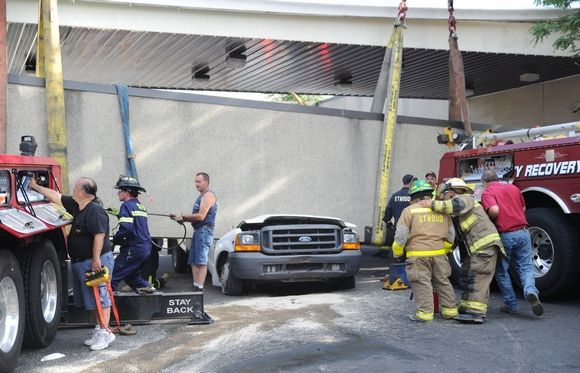 17-ton concrete slab overhang fell from a bank building in Stroud Township-bilde-1.jpeg