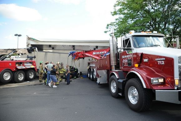 17-ton concrete slab overhang fell from a bank building in Stroud Township-bilde-2.jpeg