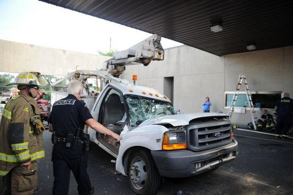 17-ton concrete slab overhang fell from a bank building in Stroud Township-bilde.jpeg