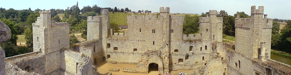 13th c Castle-bodiam_interior.jpg