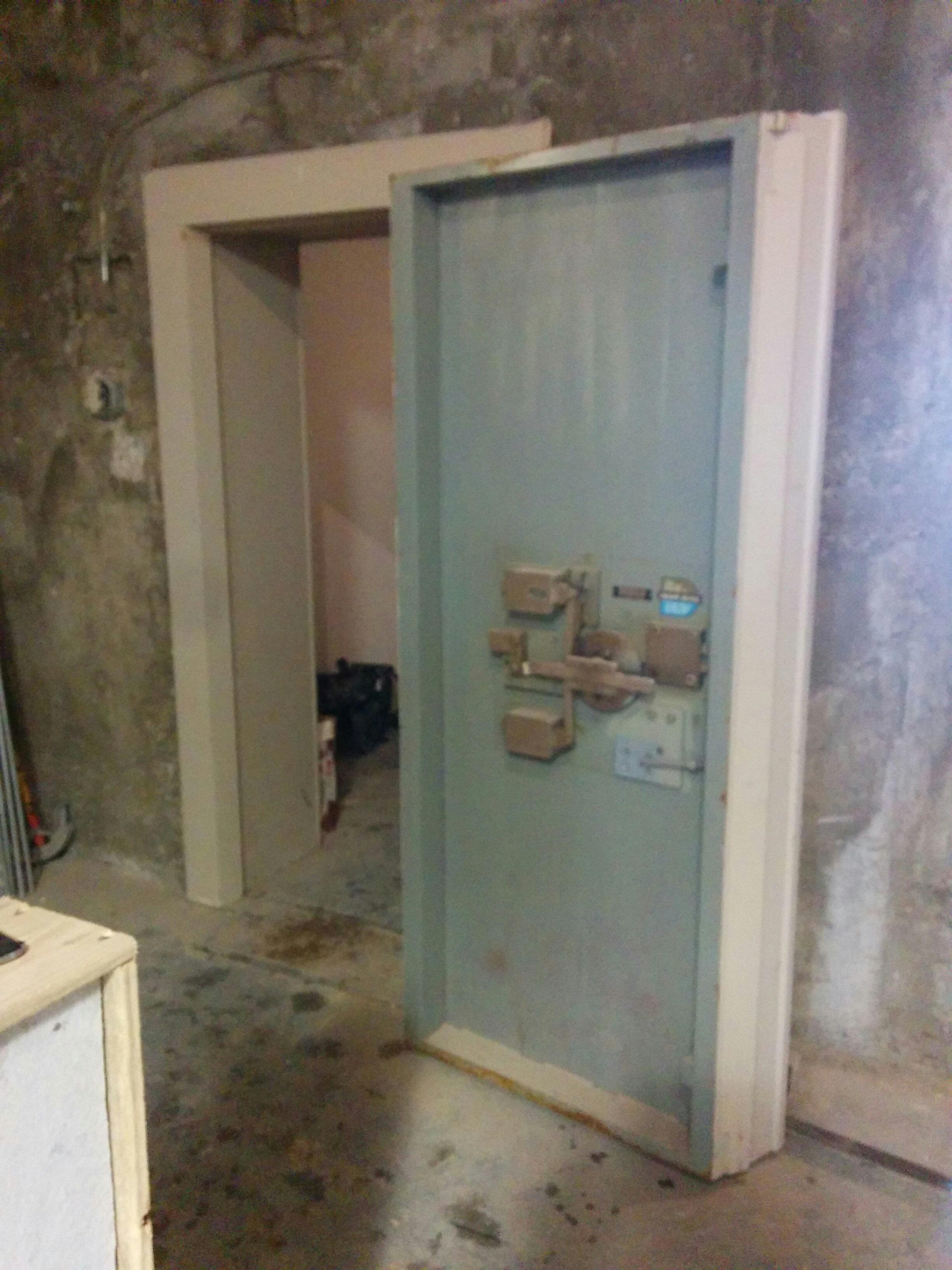 Vault Door Hinges & Amsec VD8030SF Vault Door Closeup Side