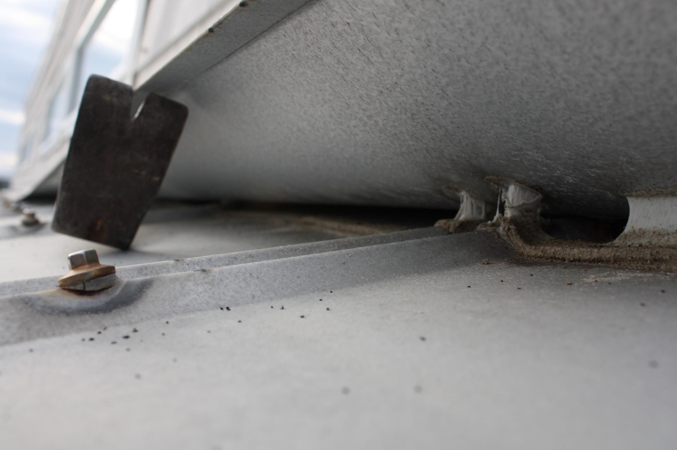 Screws in 5V tin roof at beach-img_3002.jpg